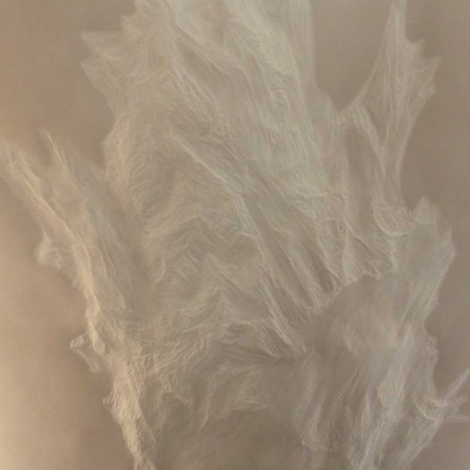 Weißes Blatt in Wachs, 2018 (Detail), 220 x 107 cm, Papier, mit Buchenkolben bearbeitet, Bienenwachs