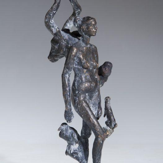 Frau mit Trophäen, 2013, Bronze Ed. 9, 23 x 7 x 8 cm
