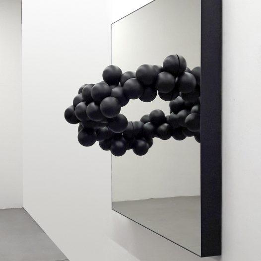 Hyperobject Studies, 2018, Kunststoff beschichtet, Spiegel, 120 x 120 x 40 cm