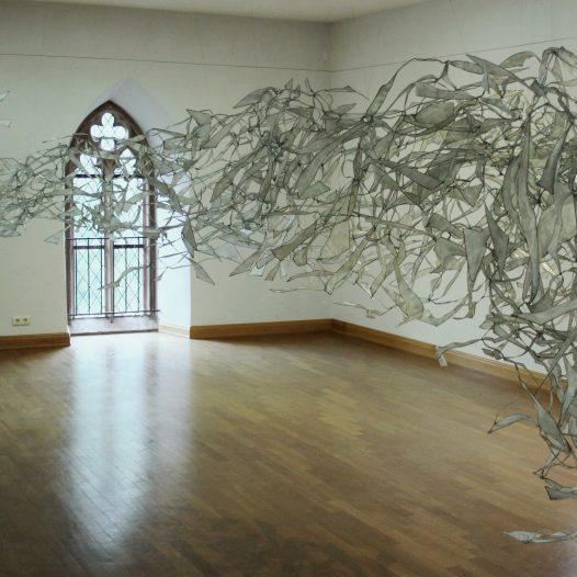 Fließ, 2016, Eisendraht, Papier, Öl-Acrylharzgemisch, ca. 250 x 300 x 500 cm
