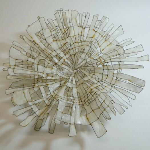 middle VII, 2016, 30 x 30 x 10 cm, Eisendraht, Papier, Acrylharzgemisch