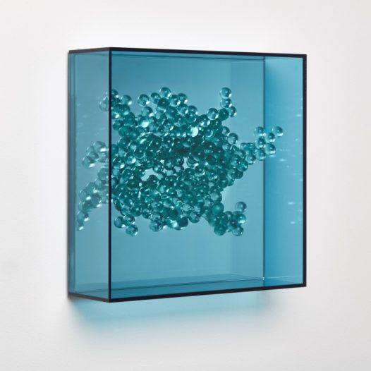 Emergentblau 1, 2018, Acrylglas, Spiegel,  32 x 32 x 10 cm