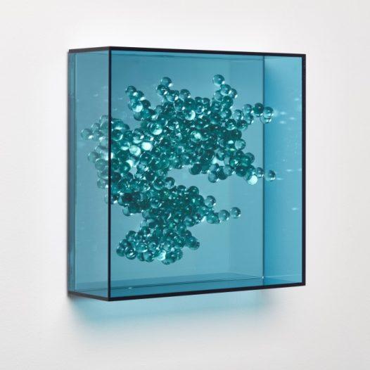 Emergentblau 3, 2018, Acrylglas, Spiegel,  32 x 32 x 10 cm