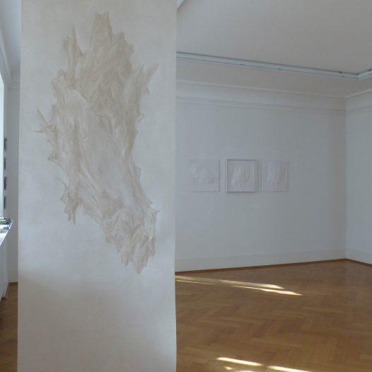 Weißes Blatt in Wachs, 2018, 220x105 cm, Papier, mit Buchenkolben bearbeitet, Bienenwachs