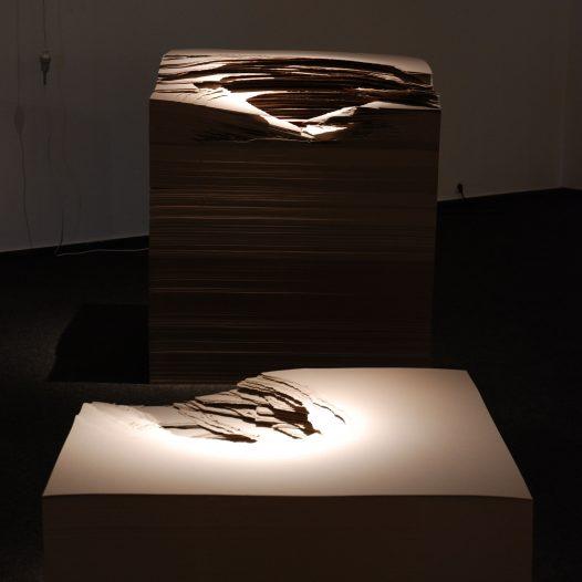 Bloc, 2009, In-situ-Installation, Karton 500g, gerissen, 150 x 100 x 100 cm, 50 x 100 x 100 cm