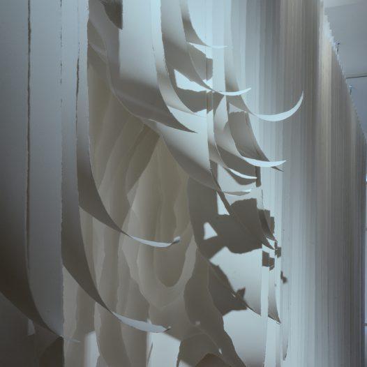 2017-002 (Detail), In-situ-Installation für das Museum Wiesbaden, Papier 350g, gerissen, Halterung aus Metall, ca. 370 x 880 x 330 cm