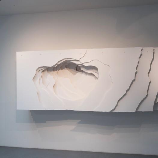 Terforation 2017-018, Papier 400g (hellweiß), gerissen, Halterung aus Metall, 120 x 360 x 50 cm