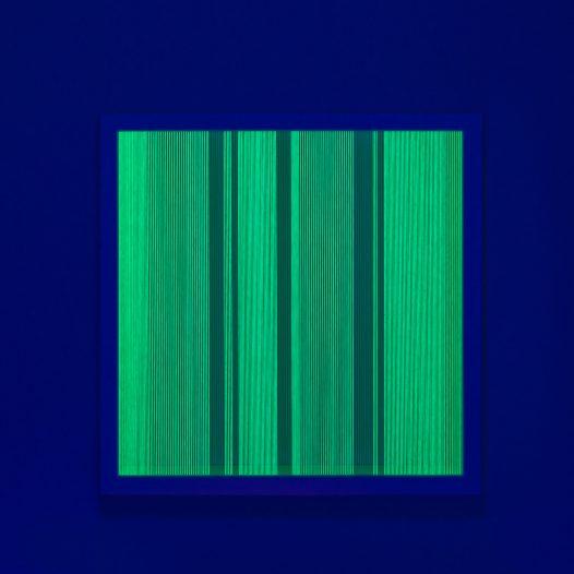 Illusion_y1 (unter UV-Licht), 2018, Fäden, Holzrahmen, 100 x 100 cm