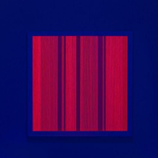 Illusion_m2 (unter UV-Licht), 2018 Fäden, Holzrahmen, 50 x 50 cm