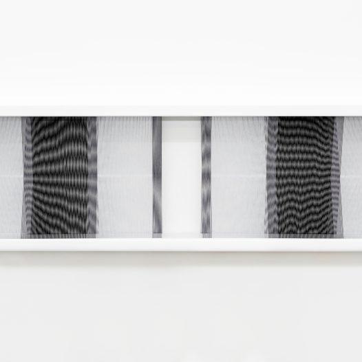 Illusion_bw1, 2018, Fäden, Holzrahmen, 100 x 30 cm
