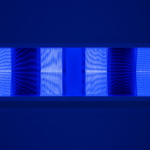 Illusion_bw1 (unter UV-Licht), 2018 Fäden, Holzrahmen 100 x 30 cm