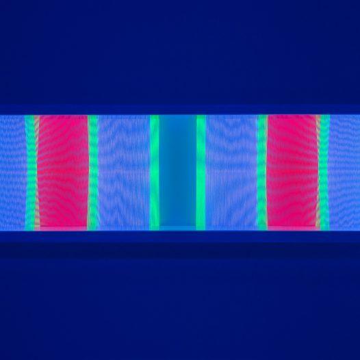 Illusion_ym2 (unter UV-Licht), 2018, Fäden, Holzrahmen, 100 x 30 cm