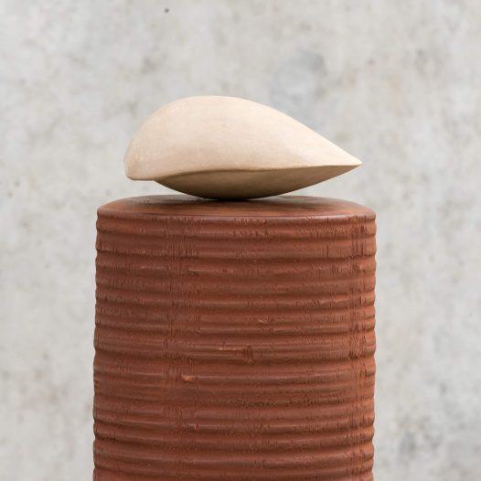 Paul Diestel: vertical sea II, 2019,  Fichtenholz, Pappelholz, Erdpigment, Kalk, Hasenleim, 155,0 x 23,0 cm