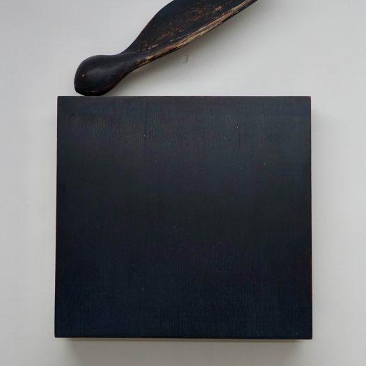 Paul Diestel: Landung II, 2020, Eichenholz, Pappelholz, Erdpigment, Kalk, Hasenleim, 56,0 x 38,0 x 6,0 cm
